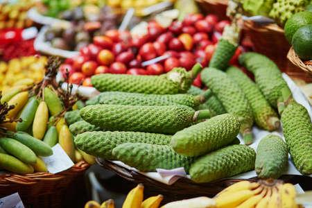 Deliziose e mature frutta esotica di monstera deliciosa (detta anche banana ananas) sul tradizionale mercato contadino Mercado dos Lavradores, Funchal, isola di Madeira, Portogallo Archivio Fotografico - 79824350