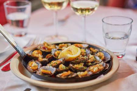 焼きレモン添えカサガイ マデイラ島、ポルトガルの伝統的なシーフード。選択と集中。 写真素材
