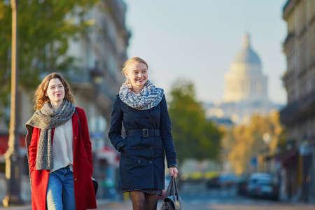 2 つの若い女の子の晴れた秋の日に、パリで一緒に歩いて、パリのパンテオンが背景に。観光や友情の概念