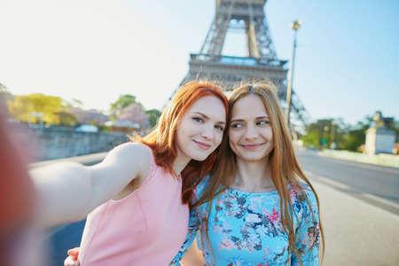 フランス、パリのエッフェル塔の近くに selfie を取る 2 人の友人 写真素材 - 80491264