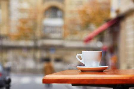 뜨거운 음료가있는 컵 - 커피, 차 또는 핫 초콜릿 - 파리 야외 카페에서 스톡 콘텐츠