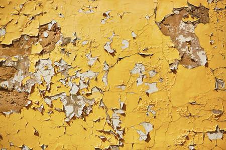 古い風化の黄色の壁の背景