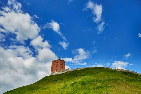 青い空、ビリニュス、リトアニアのゲディミナス塔のゲディミナスの丘 写真素材