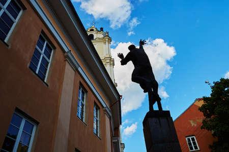 リトアニア、ビリニュス旧市街のランプ ライターの彫刻