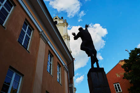 Sculpture of lamplighter in Vilnius Old Town, Lithuania 版權商用圖片 - 82020884