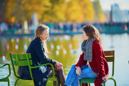 晴れた秋の日にパリのチュイルリー庭園の 2 つの若い女の子。友情の概念 写真素材