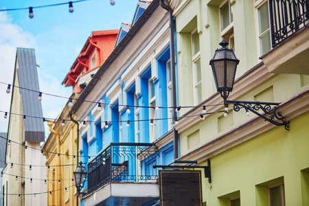リトアニア、ビリニュス旧市街のカラフルな小さな通り 写真素材