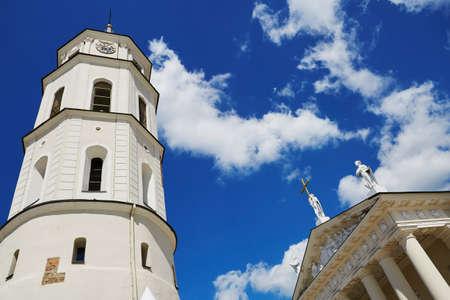 青い空の雲の上の鐘塔のヴィリニュス大聖堂。リトアニアの首都の旧市街 写真素材