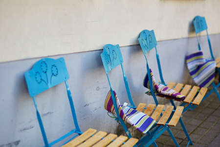 リトアニア、ヴィリニュスの屋外カフェの青い椅子の行