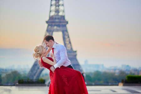 파리, 프랑스에서 에펠 타워의 앞에 키스하는 아름 다운 로맨틱 커플 스톡 콘텐츠