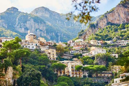 Vue panoramique de Positano, magnifique village méditerranéen sur la côte amalfitaine (Costiera Amalfitana) en Campanie, Italie Banque d'images - 83522186