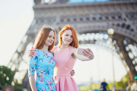 フランス、パリのエッフェル塔の近くに selfie を取る 2 人の友人 写真素材 - 83309375