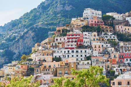 Vue panoramique de Positano, magnifique village méditerranéen sur la côte amalfitaine (Costiera Amalfitana) en Campanie, Italie Banque d'images - 83568352