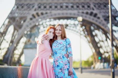 フランス、パリのエッフェル塔の近くに selfie を取る 2 人の友人