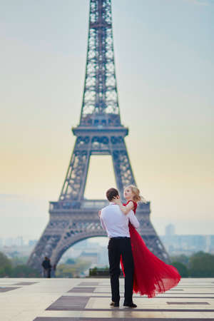 Beautiful romantic couple dancing in front of the Eiffel tower in Paris, France Stock fotó - 83413558
