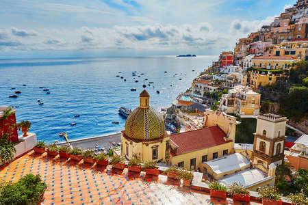 Vue panoramique de Positano, magnifique village méditerranéen sur la côte amalfitaine (Costiera Amalfitana) en Campanie, Italie Banque d'images - 83413559