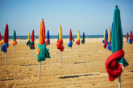 Parasols colorés célèbres sur la plage de Deauville, Normandie, Nord de la France, Europe Banque d'images - 87156991