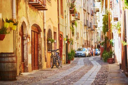 ボーザ、サルデーニャ、イタリアの路上で典型的なカラフルなイタリアの家