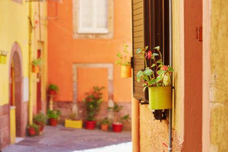 Typische kleurrijke Italiaanse huizen op een straat van Bosa, Sardinië, Italië