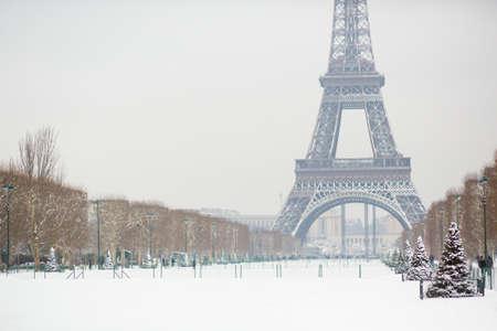 パリ、フランスの雪の日
