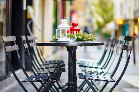 Tables of a Parisian outdoor cafe decorated for Christmas Stock fotó