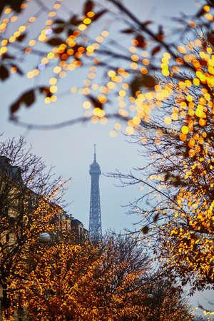 Saison des vacances d'hiver en France. Vue panoramique de la tour Eiffel avec illumination de Noël à Paris Banque d'images - 91132050