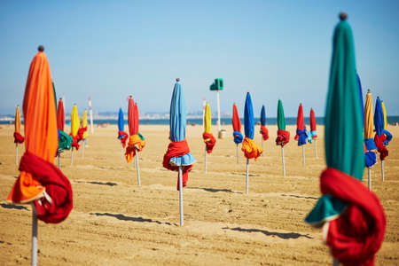 Many colorful umbrellas on the sand beach of Deauville, Normandy, France 免版税图像 - 91273050