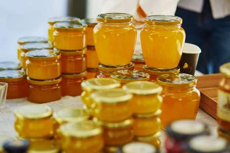 蜂蜜は、ビリニュス、リトアニアのイースターフェアで販売されています。伝統的なリトアニアの春のフェア