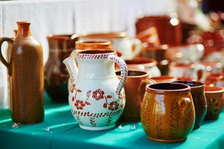 Os jarros cerâmicos feitos a mão venderam na feira da Páscoa em Vilnius, Lituânia. Feira da Primavera lituana tradicional Foto de archivo