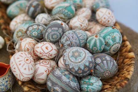 リトアニアのビリニュスでイースターフェアで販売されたカラフルなイースターエッグ。伝統的なリトアニアの春のフェア