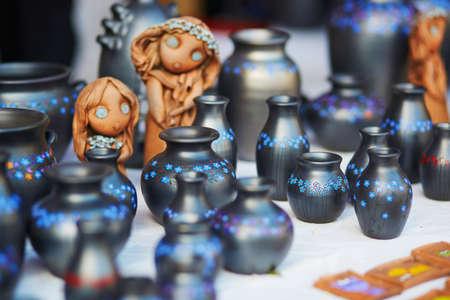 リトアニアのビリニュスでイースターフェアで販売されている手作りのセラミックジャグ。伝統的なリトアニアの春のフェア