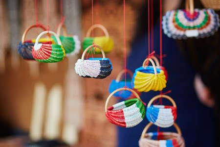 リトアニアのビリニュスのイースターフェアで販売されているカラフルな小さなバスケット。伝統的なリトアニアの春のフェア