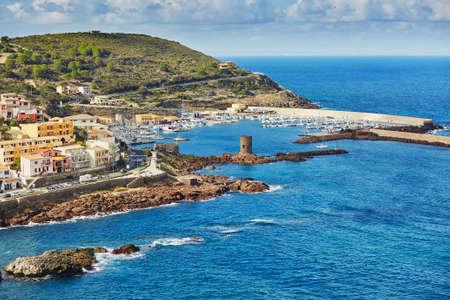 Toneelmening aan het dorp en de jachthaven van Castelsardo in Sardinige, Italië