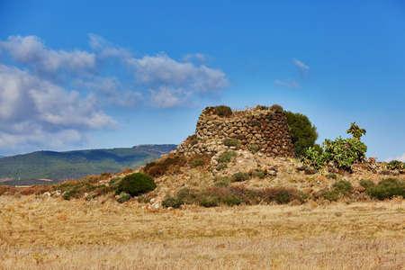 サルデーニャで見つかった典型的なヌラゲ、古代の巨石の建造物は、1900年から730年の間にヌラジック時代に開発されました。 写真素材