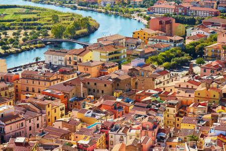 Luchtmening van kleurrijke huizen in Bosa-dorp, Sardinige, Italië Stockfoto