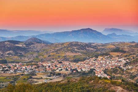 Luchtfoto van een typisch Italiaans dorp bij zonsondergang, Sardinië, Italië