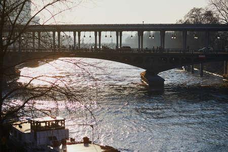 フランス・パリのセーヌ川に架かるビル・ハケイム橋