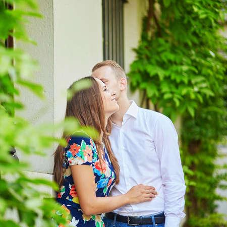 モンマルトルで一緒にパリでロマンチックなカップルがキス