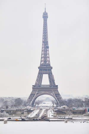 Scenic view to the Eiffel tower on a day with heavy snow. Unusual weather conditions in Paris Reklamní fotografie - 96031371
