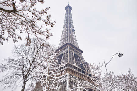 Scenic view to the Eiffel tower on a day with heavy snow. Unusual weather conditions in Paris Фото со стока - 95221230