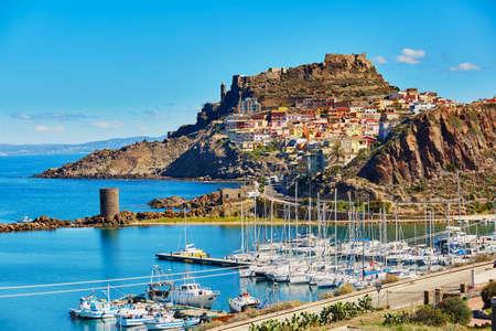 Szenischer Blick auf das Dorf Castelsardo mit seiner Burg und dem Yachthafen in Sardinien, Italien