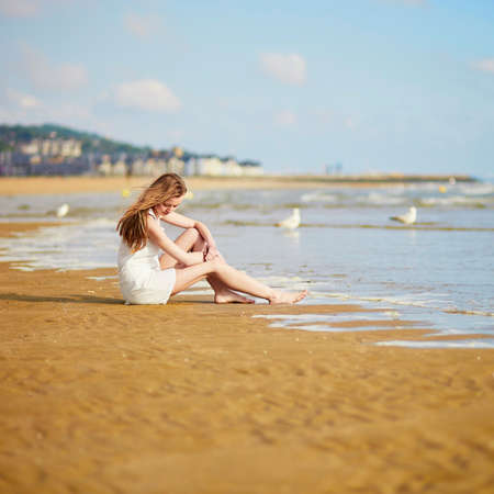 Beautiful young woman enjoying her vacation by ocean or sea. People on sea vacation concept Banque d'images - 103895048