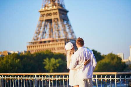 Romantic loving couple in Paris, near the Eiffel tower 版權商用圖片