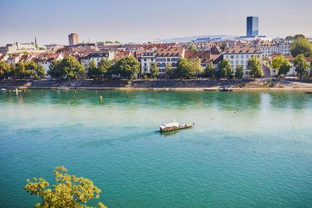 Vue panoramique sur la digue du Rhin avec ferry-boat traversant la rivière à Bâle, Suisse