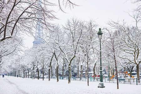 Panoramablick auf den Eiffelturm an einem Tag mit starkem Schneefall. Ungewöhnliche Wetterbedingungen in Paris Standard-Bild