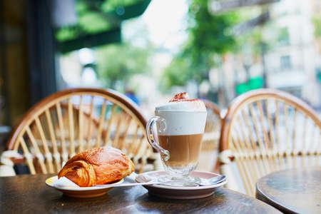 Tasse de café et de pâtisseries fraîches sur la table du café de rue traditionnel français à Paris, France