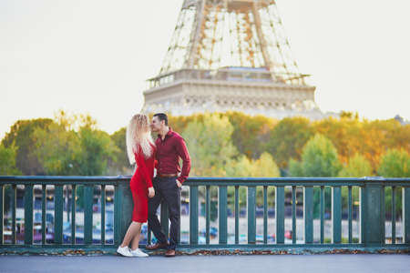 Romantic couple in love near the Eiffel tower in Paris, France Imagens