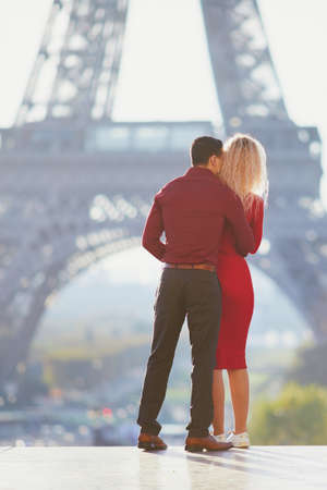 Romantic couple in love near the Eiffel tower in Paris, France 免版税图像