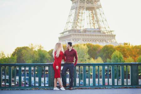 Couple romantique amoureux s'embrasser sur le pont près de la tour Eiffel à Paris, France Banque d'images