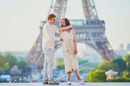 Feliz pareja romántica en París, cerca de la torre Eiffel. Turistas que pasan sus vacaciones en Francia